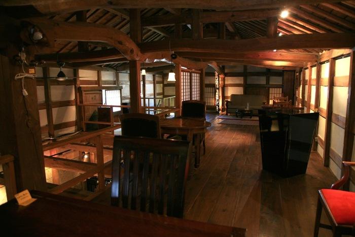 元々の蔵を活かしながら改修を行った店内は、昔懐かしさと現代の雰囲気が調和した空間。酒樽の蓋を再利用して作られたテーブルは、造り酒屋ならでは。大人気のカフェなので、予約するのがおすすめです。