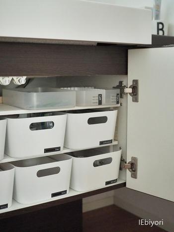 洗面台下の収納スペースには洗面グッズを収納。イケアの白のボックスを使って統一感を演出。