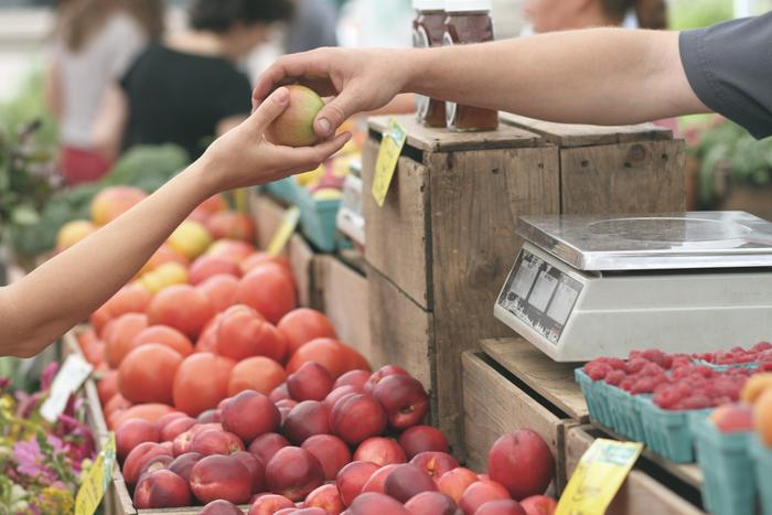 マルシェに並ぶ野菜や食材には、産地からそのまま運ばれた新鮮さ、「今だけ」のおいしさが詰まっています。時にはその日の朝に採れたばかりの「朝もぎ野菜」が並ぶことも。
