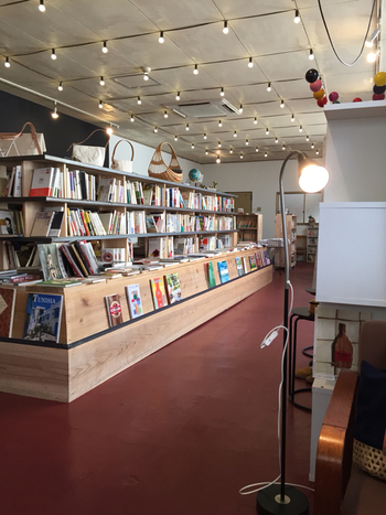 店内は、オーナーが1年かけてDIYで作っており、本を眺めているだけでもワクワクします。アート系の本を中心とした品揃えで、大型店では感じられないような本との出会いがここにはあります。