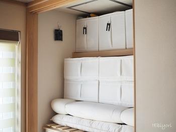 押入れの天袋には、イケアの収納ボックスが大活躍。手が届きにくい高い場所でも、取っ手が付いているから出し入れラクラクです。