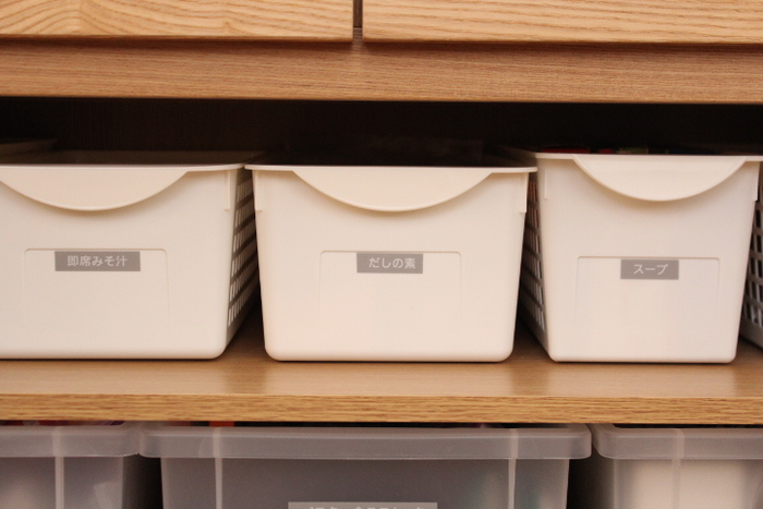 キッチンの収納棚も、それぞれのボックスにラべリング。買い物に行ったあと収納する時も、料理の時取り出す時も、モタモタすることなく時短にもつながります。