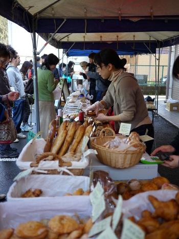 2009年3月にスタートし、今年ついに100回目を迎えた茨城県土浦市の「ニコマルシェ」。「パリのマルシェ」をテーマに、毎月第3日曜日に「ニコニコ珈琲」前の広場で開催されています。珈琲、野菜、焼き菓子に生花など、暮らしを素敵に彩ってくれるお店が軒を連ねます。