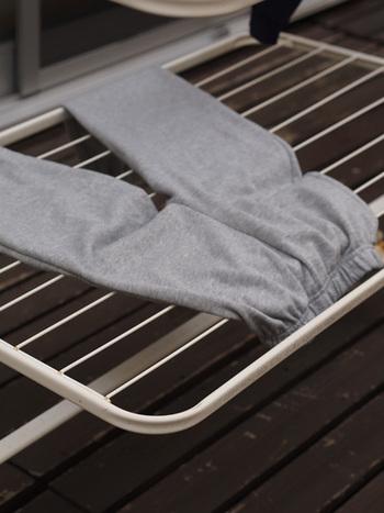 最近ではハンガーやピンチを使わず、平置きで洗濯物を乾かす方も多いよう。なんといっても楽チンなのです。干す時は広げるだけ。取り込む時も拾い集めるだけです。もちろん風が強い時の外干しには向きませんが、穏やかに晴れた日のお洗濯なら充分乾きます。忙しい朝には嬉しい方法ですね。