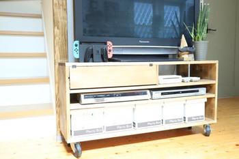 こちらもセリアのプレンティボックスを使った収納例です。テレビ周りのアイテムは、そのまま置いておくと埃を呼びやすいので、蓋付きのものに収納するのがおすすめです。