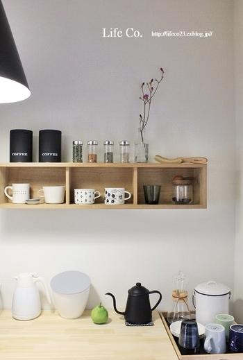 無印の「壁に付けられる家具シリーズ」をキッチンの背面に設置。シンプルなボックス棚にモノトーンベースのカップやコーヒーアイテムを飾って。カフェのようなディスプレイは、ぜひ参考にしたいですね。