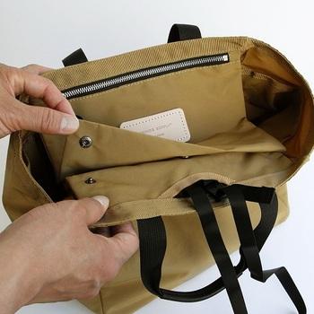 さらに、自転車に乗るときに固定できるストラップや、フラップになって中身を隠せる吊りポケットなど外見からはわからない「あったら嬉しい」機能がたくさん。 ついつい毎日使いたくなるバッグです。