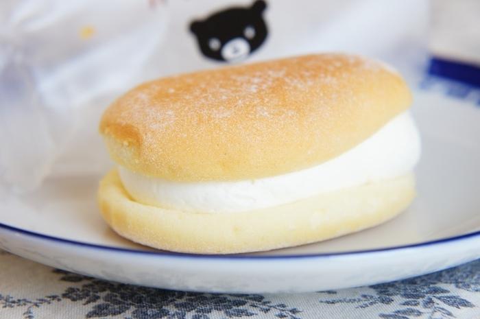 見るからにふわっふわなスフレタイプの生地とチーズ香るクリームは、一口で笑顔がこぼれる味。生地には、カマンベールチーズを、中のクリームにはチーズ・サワークリーム・生クリームを使用しています。熊さんのパッケージとふんわりとした美味しさは、子供から大人まで幅広い世代のお土産にぴったりですね。