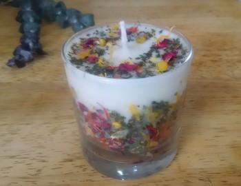 花びらとハーブのバランスが絶妙で、ナチュラルな雰囲気を楽しめますね。ソイワックスはゆっくりと溶けていくので、長時間ほのかな香りが続きます。ひとりのリラックスタイムや、お友だちとの大切な時間に使ってみては?
