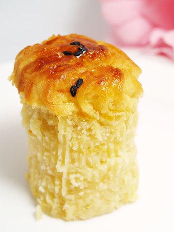 お店でさつま芋を焼いてから食感が残るように裏ごしをしているのが特徴。スイートポテトの滑らかさもありながら、さつま芋のホクホク感も同時に味わえます。また、チーズも入っているため、和菓子と洋菓子のまさにいいとこ取り!