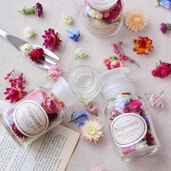 お花自体には香りはついていないので、お好みでローズゼラニウム、ユーカリ・ラディアータ、オレンジ・スィート、真正ラベンダー、グレープフルーツいずれかのオイルを加えて熟成させます。瓶を開けた時の香りは、暮らしを明るく演出してくれること間違いなしです。