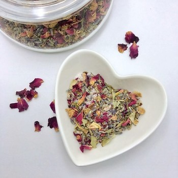 お部屋全体に香りが広がるものではありませんが、近くを通った時にふわっと上品な香りを楽しめます。時間が経つとお花や植物の色は褐色に変わりますが、時々混ぜ合わせて熟成させると香りも変化するので、何年もかけて楽しんでみては?
