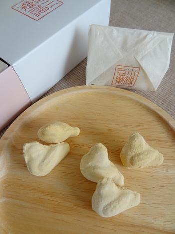 「小鳩豆楽」は、鳩をかたどった豆粉風味のらくがんです。可愛らしいサイズも魅力的ですし、ほど良い甘みとモクッとした食感も美味しい。