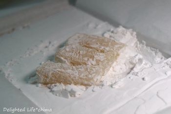 約1200年程前に遣唐使が伝えたのが起源といわれる「朝鮮飴」。昔は保存食として重宝されていて、現在は熊本の銘菓として親しまれています。箱を開けると真っ白、片栗粉の中から飴を探してみましょう!
