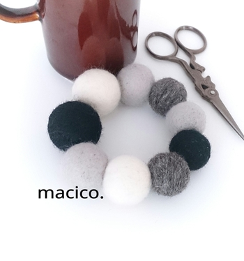 大きさの違う9個のフェルトボールをランダムに並べて、シュシュに。落ち着いた色の組み合わせで、ボリュームはあってもさりげない雰囲気です。