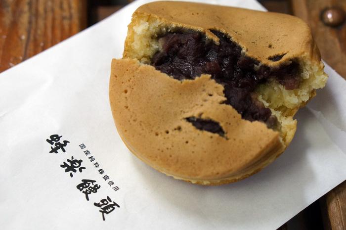 生地の中にはたっぷりとあんこが詰まっています。昔から変わらない素朴でホッとする味わの、熊本市民に愛されている名物です。熊本県内に数店舗ありますが、売り切れ次第閉店するので、早めに購入しておきましょう。