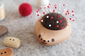 ハリネズミの器に、羊毛をニードルで刺し固めて作ったピンクッション。お裁縫がもっと好きになりそうな可愛らしさですね。