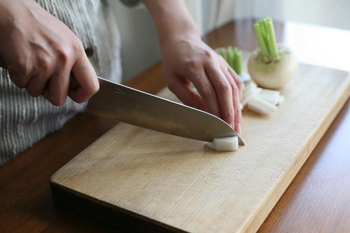 野菜をスッとストレスなくカットでき、持ち手のグリップも握りやすく、持った瞬間から手に馴染みます。右利き左利き関係なく使えるところもありがたい。包丁の柄の部分は、タダフサオリジナルの腐りにくく衛生的な抗菌炭化木が使われています。