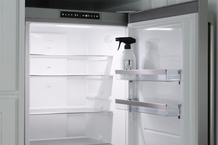 毎月、日付を決めて冷蔵庫の棚を拭くことで、使いかけのものや賞味期限が切れそうなものに気づくというきっかけを作ることもできます。ぎゅうぎゅう詰めにはせず、中が見渡せるようにすっきりさせておきましょう。