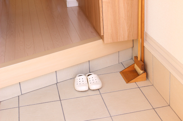 帰ってきたらまず、靴をきちんと揃えておくようにしましょう。おうちの顔である玄関を整えておくことは、暮らし全体を整えることにつながります。ついでに、ささっと玄関を掃いておくと、子供が持ち帰ってきた砂や土などもこびりつく前に掃除することができます。