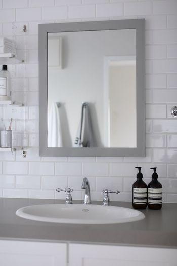 ホテルの洗面所が美しく思えるのは、いつも水分を拭き取っているから。洗面が終わったら、マイクロファイバークロスでささっと拭き上げておくと、ぴかぴかの洗面所を保つことができるようになります。洗面所の拭き取りには、磨き上げる作用もあるマイクロファイバークロスがおすすめです。