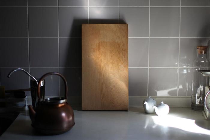 使い込むほどに飴色に木が馴染み、キッチンと一体化してくれる東屋のまな板は樹齢200年以上のヒノキが使われています。ヒノキには、芳香樹脂成分が含まれているので、腐りにくく防カビ効果もあります。