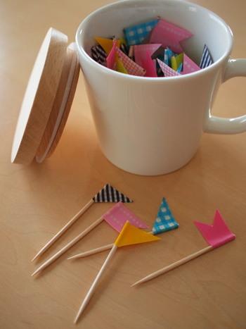 爪楊枝とマスキングテープを使ってミニフラッグに。テープを巻きつけて、はさみで旗の形にカットすれば完成です!