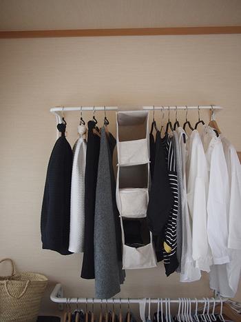 取り込んだ洗濯物は、家族に割り当てた収納スペースに直行して完了。こうして掛けておくと、出かける時もひと目で着るものを選べるので重宝するそうですよ。いちいち服をたたむ必要がなく、洗濯物の取り込みと収納が同時にできてしまう時短アイデアです。