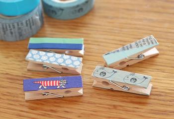 100均のウッドクリップにマスキングテープを貼るだけで、オリジナルのクリップに。反対側にマグネットをつけると、冷蔵庫にもつけれますよ!