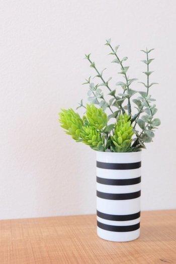 白のシンプルな花瓶に黒のマスキングテープをボーダー状に巻いてオマジオ風!?の花瓶にリメイク。簡単に貼って剥がせるので、黒以外のカラーも楽しむのもいいですね!
