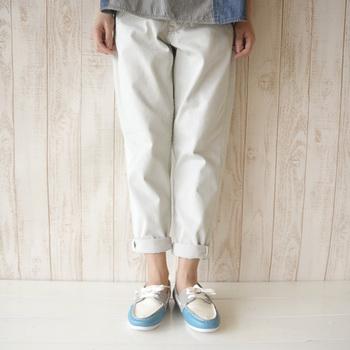 爽やかなカラーリングのデッキシューズで、お散歩ルックにほんのりマリン要素を足し算。パンツから足首を覗かせれば、しっかりヌケ感も出てきます。