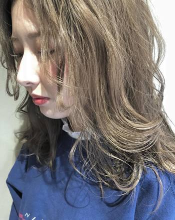 """重たい印象になりがちな""""前髪なしロング""""。サイドのウェーブを強めに出せば、新鮮なエアリースタイルにチェンジします。"""
