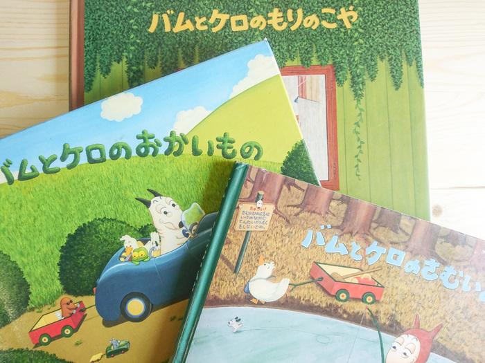 「さむいあさ」で友達になったアヒルのかいちゃんは、「おかいもの」や「もりのこや」にも出てきます。細かいところまでお話が繋がっているところが丁寧で、それを探す楽しみが、子供だけでなく大人が楽しめるところ。でも、もちろん一冊だけ読んでも、ちゃんと楽しめますよ。  他にも、「バムとケロのそらのたび」でおじいちゃんがバムとケロに作ってあげた人形が、「バムとケロのさむいあさ」では、ちゃんと家に飾ってあったり「バムとケロのおかいもの」に出てくるカモノハシさんが、「バムとケロのもりのこや」に遊びに来るなど、どこにどんなものが隠れているか探すのがとても楽しいのです。 また、サブキャラたちも、絵本のあちこちにコッソリ登場して、それぞれ独自のストーリーを展開しています。それらを探すのがこの絵本のもうひとつのお楽しみであり、やみつきになる理由なのです。