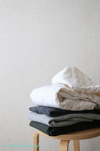 取り込んだ洗濯物をたたみ、家族ごとに分けて収納するという工程の理想は、可能な限りひと部屋で済ませることです。乾いた洗濯物を抱えて家のあちこちを歩き回っていては、それだけで時間を費やしてしまいますよね。収納場所を見直してなるべく集約するなど、「取り込む→しまう」までの動線をコンパクトに整えると、作業がグッと楽になりますよ。