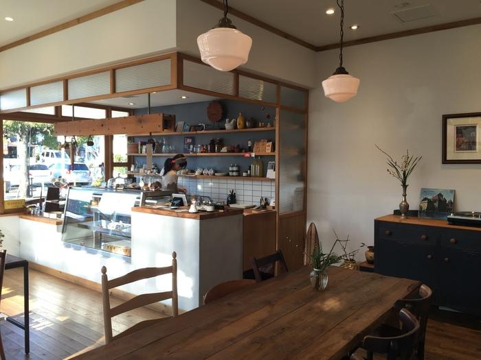 """古い家具をセンス良く配置した店内は、""""日常に寄り添う店""""として地元の常連客に愛されています。"""
