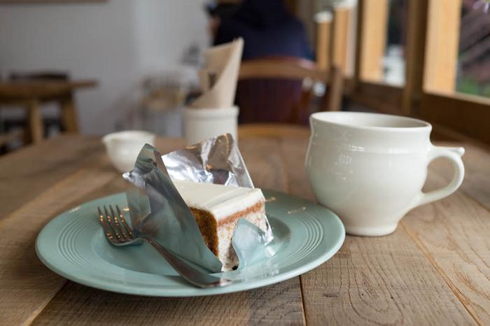 サワークリームがうっすらと塗られている「にんじんケーキ」は、にんじん入りのスポンジにシナモンが効いた大人の味。そして、イギリスのヴィンテージのもののお皿を使うコダワリも素敵です。