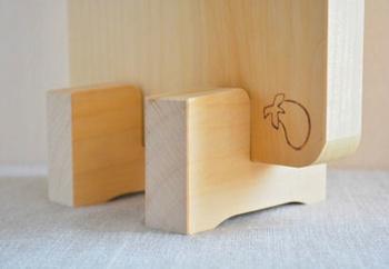 せっかくなら同素材のイチョウの木で出来たまな板立てで保管したいですね。一枚板でできたイチョウの木で出来たまな板。こちらも大切に丁寧に使って、一緒に年齢を重ねていきたい台所道具です。