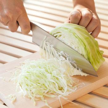 三徳包丁は、肉、魚、野菜なんでも多様に使えるので、最初に手にしたい便利な一本です。切れ味も良く、グリップも握りやすいので長時間の作業も疲れ知らずです。千切りが気持ちよくできますよ。