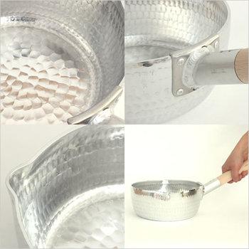 アルミを叩いて作られた行平鍋は、打ち込まれた鎚目により熱伝導率もよく、食材の美味しさをさらに引き出してくれるのもポイントです。耐久性もあり、とっても軽い素材なので女性でも、お料理初心者の方でも片手で使えて調理時のストレスフリー。持ち手の使いやすいのがとっても便利なお鍋です。