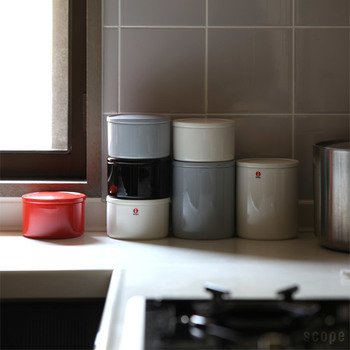 目の覚めるような鮮やかなレッド、シンプルな中に存在感を発揮してくれるグレーなど、さすがのカラーリングと置いてあるだけでおしゃれ感を演出してくれる、磁器でできたイッタラの保存容器。こんなおしゃれなビジュアルなのに、レンジ、オーブン、フリーザー、食洗機全てに対応してくれる優れもの。