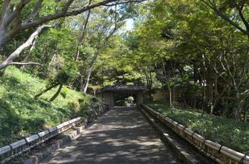 国道一号線を挟んで、旧三井財閥別荘跡地と旧吉田茂邸跡地を整備した公園。城山というだけあって、起伏に富んだ敷地内には、たっぷりの自然と共に、縄文時代の遺跡、鎌倉時代の文化遺産など、歴史的にも貴重なスポットがたくさんあります。