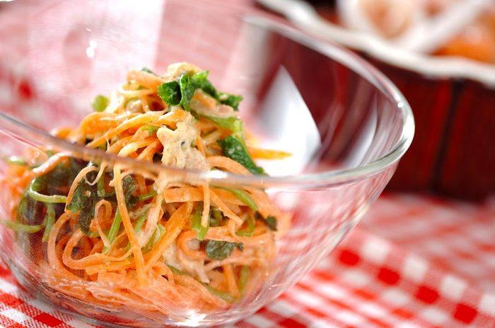 彩りがとってもきれいで、お弁当にもうれしいキャロットサラダ。マヨネーズに白ごまや白みそが隠し味に使われていて、とても美味しいですよ。