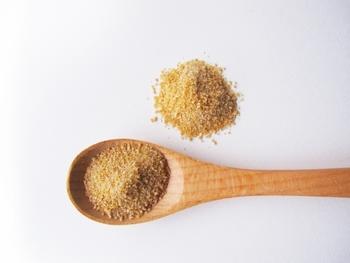 ただし、黒砂糖は高温多湿によりカビが生えやすいので、開封した後は冷蔵庫のほうが安心です。