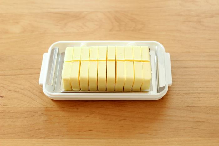 海外では常温保存するというバターですが、ご存知の通り高温だと溶けてしまうので冷蔵もしくは冷凍保存しましょう。使いやすいグラムに切り分けてから冷凍保存するのもおすすめです。開封してから冷蔵庫で2週間くらいが風味を損なわず美味しくいただけます♪