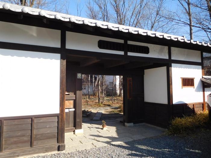 1962(昭和37)年に開館した「松本民芸館」は、故丸山太郎氏が蒐集した約6,000点にも及ぶ優れた民芸品のコレクションを展示・収蔵しています。19838(昭和58)年に松本市に寄贈され、以降、市立博物館附属施設として運営されています。