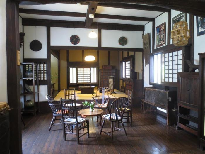 1階には、松本箪笥(たんす)や行李(こうり)などを展示しています。手仕事の美しい品々を鑑賞できます。