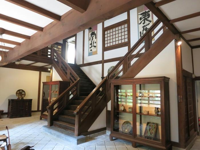 約17,000点の所蔵品は、柳宗悦の審美眼により選ばれた日本や諸外国の新古諸工芸品です。バーナード・リーチや濱田庄司、芹沢銈介、棟方志功など民藝運動に参加した工芸作家の作品も収蔵しています。