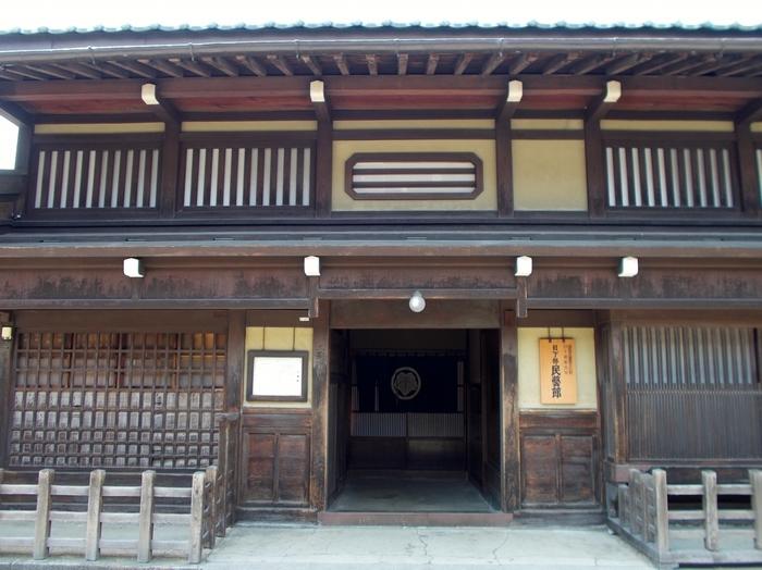江戸時代、幕府の御用商人として栄えた日下部家の町家建築を使った「日下部民藝館」。1879(明治12)年に建てられ、その歴史的・文化的価値から昭和41年国の重要文化財に指定されました。