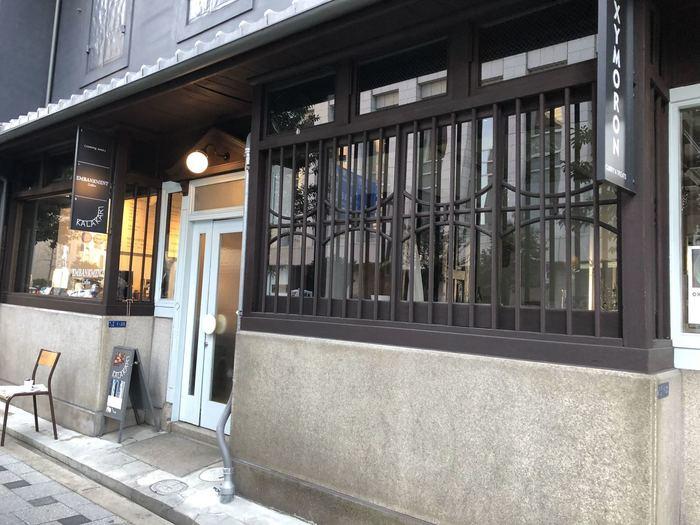北浜駅の東側を北上すると、1分も歩かずに土佐堀川沿いに到着。大阪取引所をバックに、土佐堀川を眺める立地にあるのが『エンバンクメントコーヒー』です。