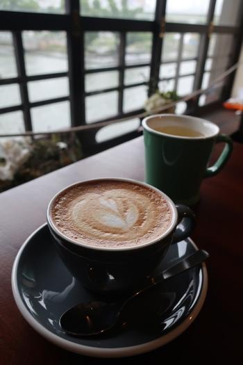 シンプルなコーヒーカップに注がれた、カプチーノ。豆のおいしさを最大限に引き出す方法で、こだわりのスペシャルティコーヒーを味わう事ができます。